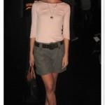 Sapato oxford em look feminino: bermuda militar + blusinha + correntes + bolsa de mão
