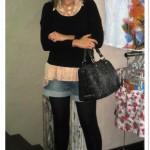 Look em camadas: renda + short jeans + meia-calça + scarpin