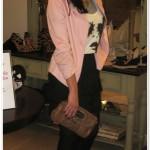 Look fofo & moderno: saia + camiseta + blazer + colar de correntes