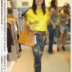 Look sofisticado & moderno: blusa de seda mostarda + calça estampada + sandália dourada + bolsa Hermés